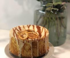 Chiffon cake al limone con glassa al cioccolato bianco e salsa al caramello
