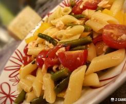 Insalata di pasta fredda con salmone e verdure