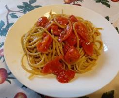 Spaghetti integrali risottati con sugo piccante ai pomodorini perini