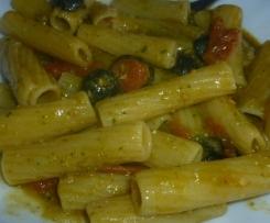 Pasta al pesto di rucola olive e pomodorini