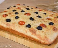 Focaccia al grana, pomodorini e olive