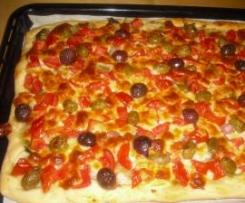Pizza con scarola,olive piccanti, pomodorini e pecorino