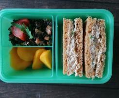 Idea Lunchbox (contest lunchbox) insalata di lenticchie beluga, sandwich con crema spalmabile al tonno, frutta fresca