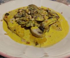 Filetti di pollo allo zafferano con funghi champignon e granella di nocciole