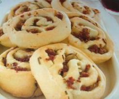 Girelle di pane-pizza alle cipolle e salsiccia