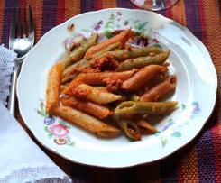 Ragu' alla bolognese vegano con fiocchi di soia e penne tricolore al pomodoro e spinaci.