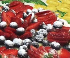 Fragole e mirtilli su pan di Spagna e crema