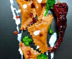Ravioli di sfoglia al peperone crusco con ripieno di rape, alici e burrata