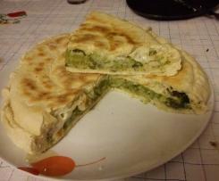 Focaccia in padella con broccoletti, mozzarella e acciughe