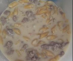 Pasta con panna, salsiccia e cipolla