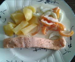 """all-in-one"" Salmone con patate e cetrioli alla panna acida"
