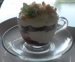 Mousse di yogurt con confettura di ciliegie, frollini e muesli.