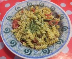 Insalata di pasta (senza glutine) con pesto, zucchine grigliate e pomodorini