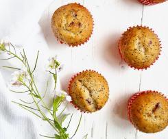 Muffin all'acqua con banana, frutti rossi e semi di papavero
