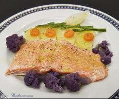 Salmone al cartoccio con verdure al vapore e vellutata