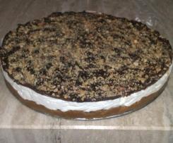 cheesecake con copertura di cioccolato e granella di nocciole