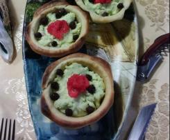 Ciotole di pane con baccalà mantecato e ceci neri