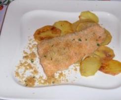 Salmone impanato al forno adagiato su un letto di patate