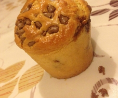 Muffin soffici con goccie di cioccolato bianco e al latte