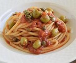 Spaghetti pomodori, olive e capperi (ALLA VESUVIANA)