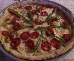 Torta salata di pasta brisèe farcita con peperoni, mozzarella e basilico