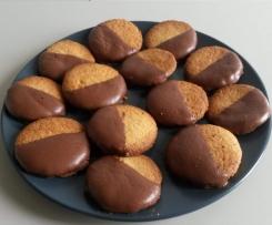 Biscotti di pasta frolla al cocco ricoperti di cioccolato