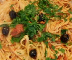 Spaghetti tonno, pomodoro,  acciughe e olive