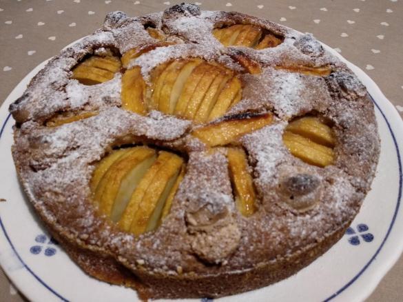 Torta senza glutine con mele, uvetta, noci e amaretti