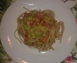 Linguine con avocado, pomodori e basilico