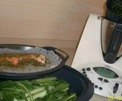 salmone con panatura al pesto e contorno di verdure