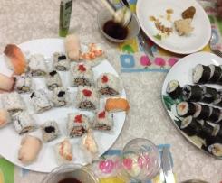 Sushi: uromaki con surimi e mango. Futomaki con insalata di tonno e futomaki con salmone affumicato e avocado