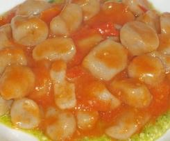 Gnocchi di melanzane su crema di pesto