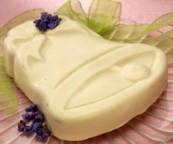 Campana di cioccolato bianco ripiena di mousse di viole