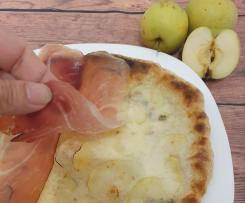 Pizza gourmet con mela verde in petali, gorgonzola e speck  -   CONTEST MELE