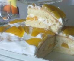 torta con crema chantilly e pesche sciroppate e croccantini di nocciole ricoperti con cioccolato al latte e cioccolato bianco