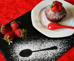 Tortino al cioccolato fondente con cuore caldo di fragole