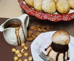 Mini bavarese al caffè con salsa al cioccolato e biscotto nocciole e mandorle