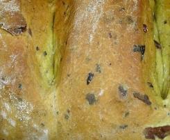 Pane allo zafferano con olive taggiasche e timo